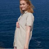 NEW IN 💚🌿 — La nouvelle version de notre robe Alice en lin! Le lin c'est un peu notre passion (été comme hiver d'ailleurs!) et cette robe c'est une grande fierté.  Robe chemise, coupe parfaite, à porter pendant toute votre grossesse, en post-partum, pour allaiter et très longtemps après! Des petites manches pour le style, des boutons en nacre, des poches (oui les poches c'est la vie!), et une jolie découpe arrondie sur le côté. L'arrière de la robe est un peu plus long que devant, pour le style.  Un tissu 100% lin haut de gamme, souple, made in Portugal et certifié Oeko-tex, disponible en couleur naturelle sans teinture (le fil est la couleur naturelle du lin) et dans un kaki spécialement développé pour nous!  — 🇬🇧 The dream linen shirtdress to wear through your whole pregnancy, post-partum, breastfeeding journey and very long after. A high-end 100% linen fabric in natural color (no dyeing), fully made with love in Portugal!  — Beauté @helenelacombe   #avantpendantapreslagrossesse  #nouveauchapitre #nouveaucorps #modedurable #lin #linendress #maman #futuremaman #grossesse #maternité #postpartum #allaitement #breatsfeedingmom #mumtobe #babybump #stylethebump #maternityfashion #motherhood #slowfashion #jolibump